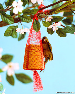 10 crafty ideas to keep the kids busy this summer for Mesh feeder ideas