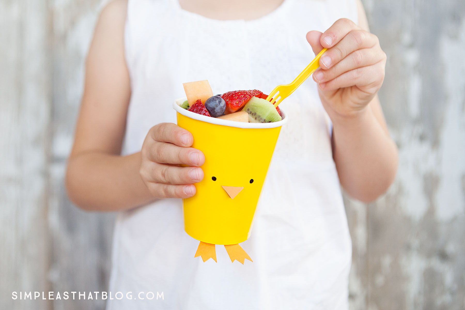 Easter Fruit and Veggie Cups – quick, healthy and inexpensive fun for Spring! These cute cups are perfect for parties, classroom snacks and make a great Spring craft!
