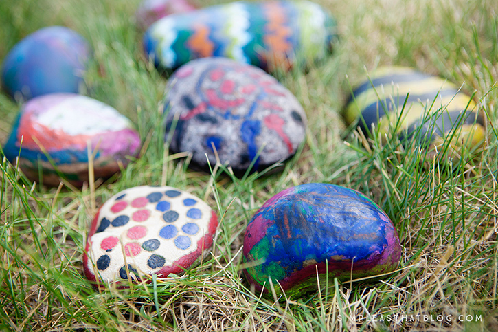 Looking for something fun to do this afternoon with the kids? Let them get creative with crayons and hot rocks! It's easy, you're sure to have the supplies on hand and you're kids will be amazed with the results!