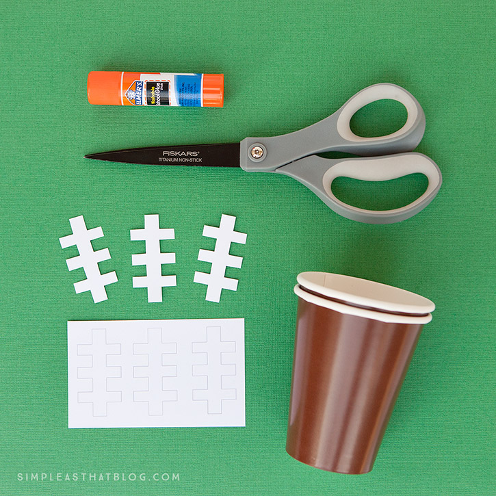 Looking for a treat to make for game day weekend? You'll score big points with this white chocolate game day popcorn and DIY football snack cups.