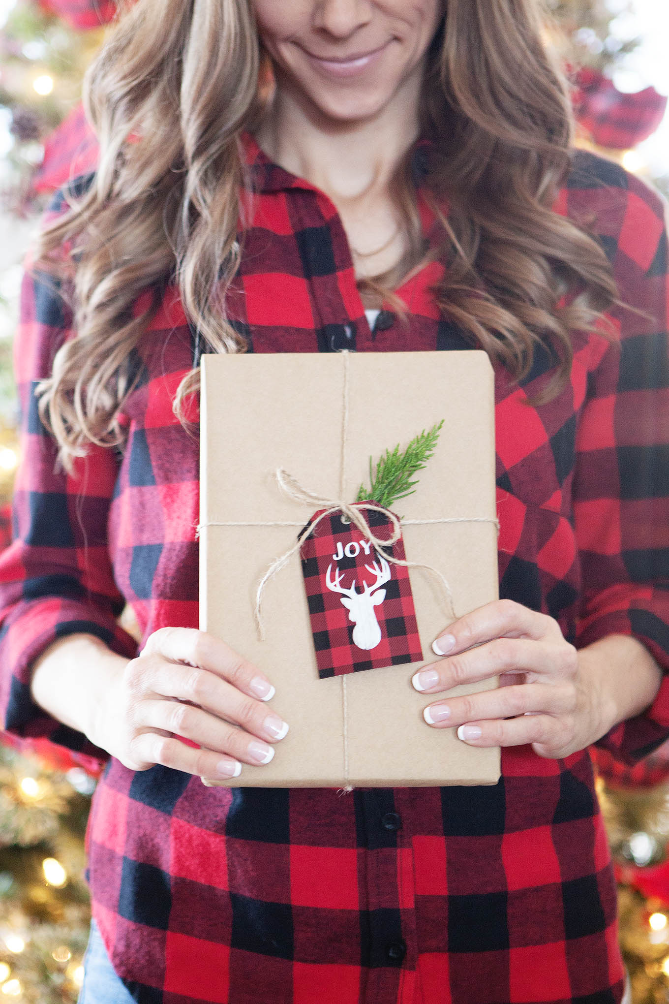 Add a little rustic, outdoorsy flair to your holiday gift wrapping with these free buffalo check plaid and chalkboard Christmas gift tag printables.