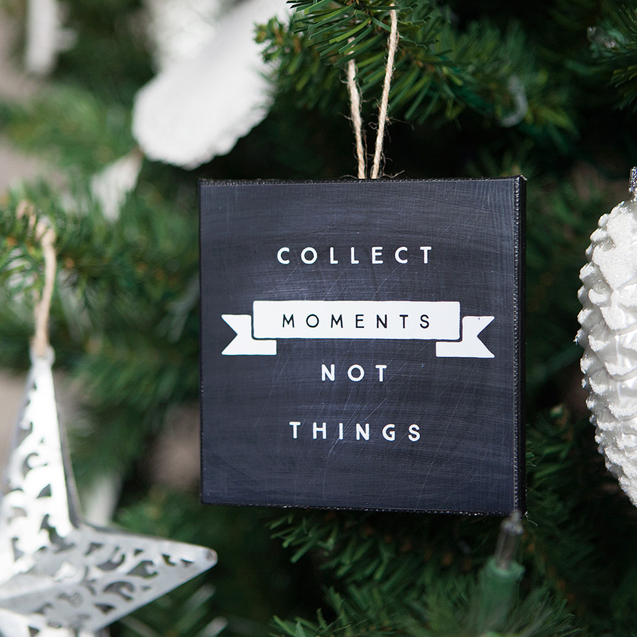 Holidays: Make mini canvas ornaments as a beautiful reminder to focus on the little things this holidays season! Such a sweet idea for Christmas. For Bake Craft Sew from Simple as That.