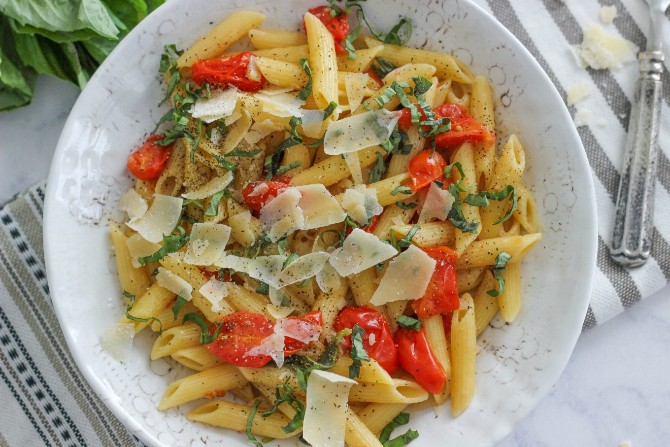 One Pot Tomato Basil Pasta is a simple and delicious 30 minute vegetarian meal that is light and refreshing.  Perfect for the whole family!