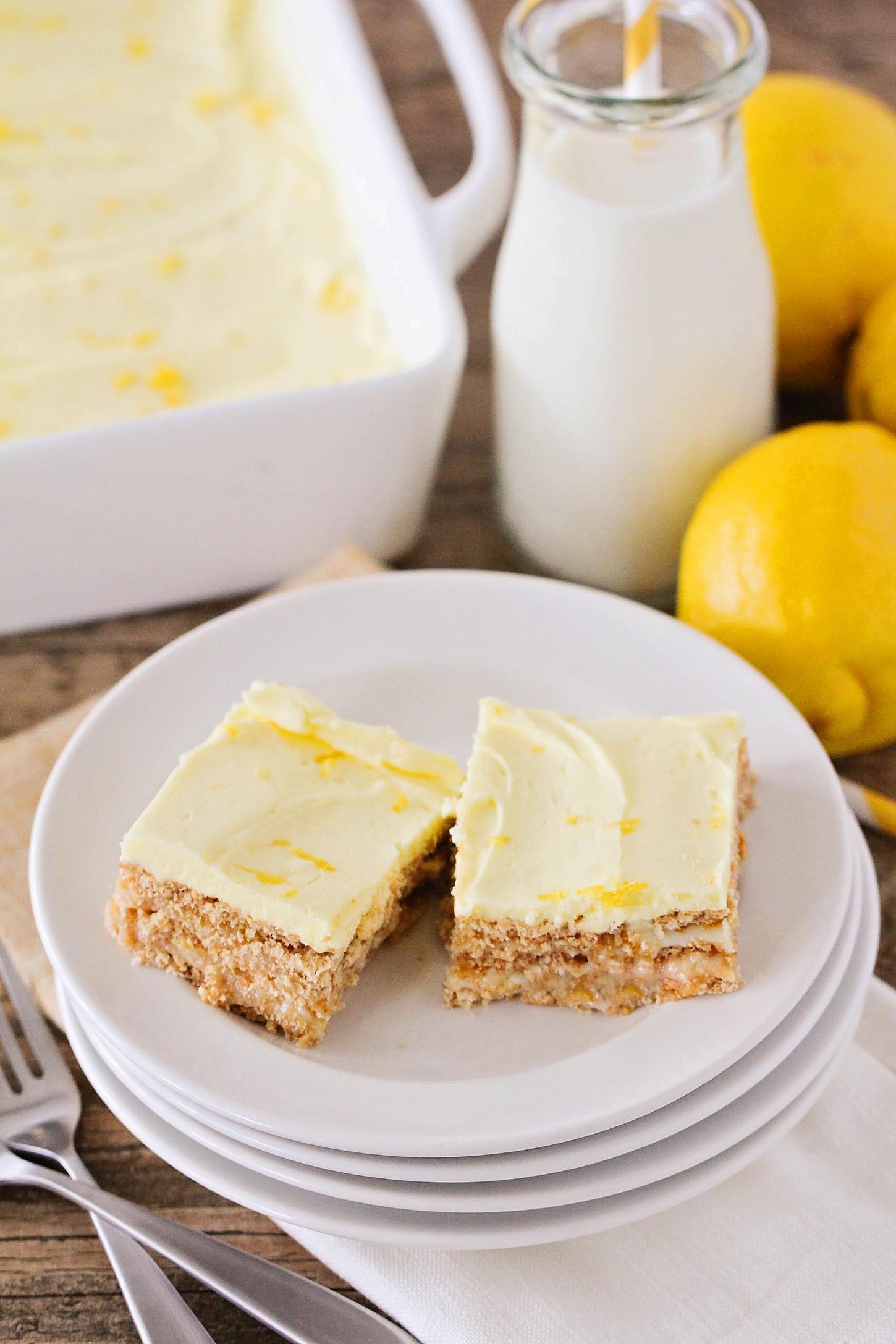 Estes deliciosos quadrados de limão não assados gostam de verão.  Eles são a combinação perfeita de doces e azuis e não necessitam de acender o forno para torná-los!